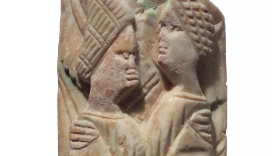 Museo di Torcello, Lamina in avorio scolpita a rilievo raffigurante una coppia abbracciata