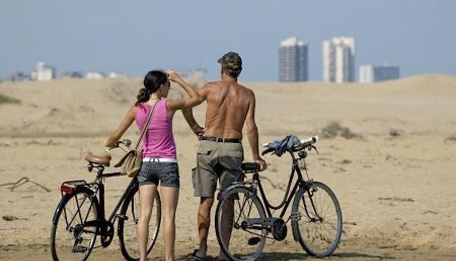 cicloturisti in battigia