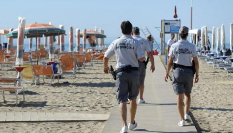 pattuglia di polizia provinciale impegnata nei controlli in spiaggia