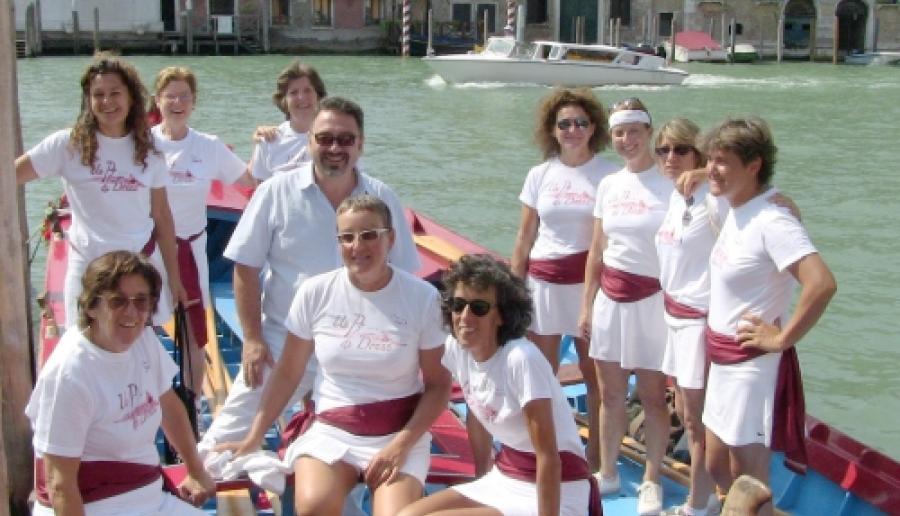 Un gruppo di vogatrici partecipanti al percorso con l'assessore Lucio Gianni